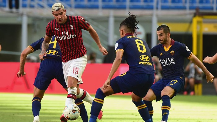 MILAN, ITALY - JUNE 28: (C) Theo Hernandez of AC Milan in action during the Serie A match between AC Milan and  AS Roma at Stadio Giuseppe Meazza on June 28, 2020 in Milan, Italy.  (Photo by Pier Marco Tacca/Getty Images)