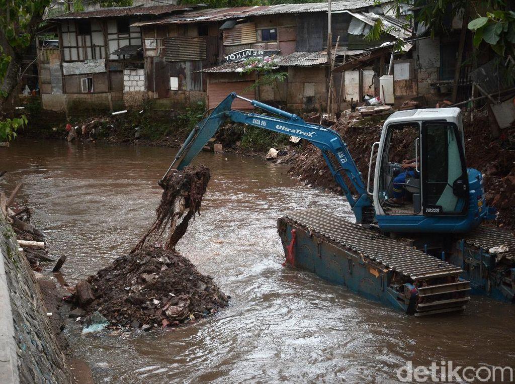 Antisipasi Banjir, Kali Krukut Dikeruk