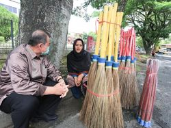 Saat Penjual Sapu di Sumbar Curhat Sepi Pembeli ke Nasrul Abit