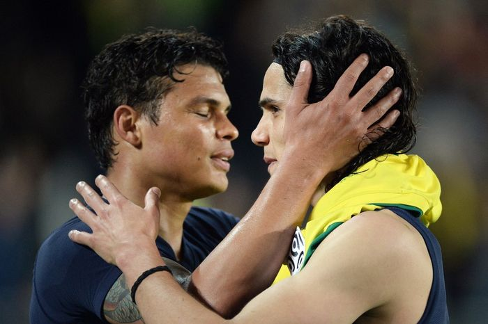 Paris Saint-Germains Uruguayan forward Edinson Cavani (R) celebrates with his teammatee Paris Saint-Germains Brazilian defender Thiago Silva at the end of the French L1 football match between Nantes and Paris Saint-Germain on May 3, 2015 at the Beaujoire stadium in Nantes, western France.  AFP PHOTO / JEAN-SEBASTIEN EVRARD (Photo by JEAN-SEBASTIEN EVRARD / AFP)