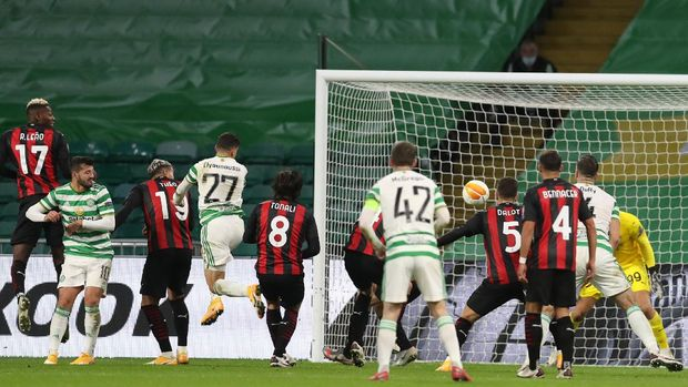 Celtic's Moroccan midfielder Mohamed Elyounoussi (4L) scores his team's first goal during the UEFA Europa League 1st round group H football match between Celtic and AC Milan at Celtic Park stadium in Glasgow, Scotland on October 22, 2020. (Photo by RUSSELL CHEYNE / POOL / AFP)