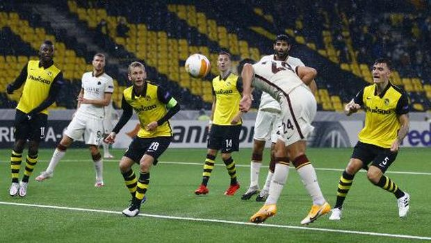 Roma's Albanian defender Marash Kumbulla heads and scores a goal during the UEFA Europa League Group A first-leg football match between Young Boys and AS Roma, at the Stadion Wankdorf stadium, in Bern, on October 22, 2020. (Photo by ARND WIEGMANN / POOL / AFP)