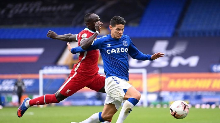 LIVERPOOL, ENGLAND - OCTOBER 17: James Rodriguez of Everton is challenged by Sadio Mane of Liverpool  during the Premier League match between Everton and Liverpool at Goodison Park on October 17, 2020 in Liverpool, England. Sporting stadiums around the UK remain under strict restrictions due to the Coronavirus Pandemic as Government social distancing laws prohibit fans inside venues resulting in games being played behind closed doors. (Photo by Laurence Griffiths/Getty Images)