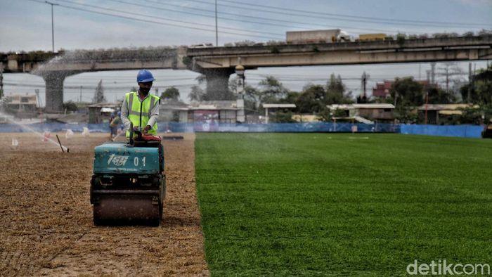 Pembangunan Jakarta International Stadium (JIS) masih terus berlangsung. Stadion itu pun mulai dipasangi rumput berstandar FIFA.