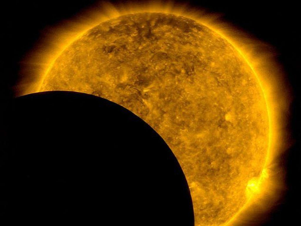 Foto Langka Bulan Photobomb Depan Matahari, Tapi Bukan Gerhana