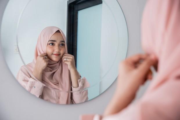 Pemilihan bahan hijab yang tepat juga penting. Jadi, kamu harus tahu mana kain yang ramah bagi kulit kepala dan kain yang memiliki sirkulasi udara yang baik.