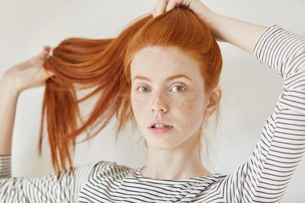 Wanita yang berhijab pasti selalu mengikat rambutnya. Namun, jangan terlalu erat mengikatnya ya. Sebab, hal ini bisa menjadi penyebab kerusakan dan memperparah kerontokan