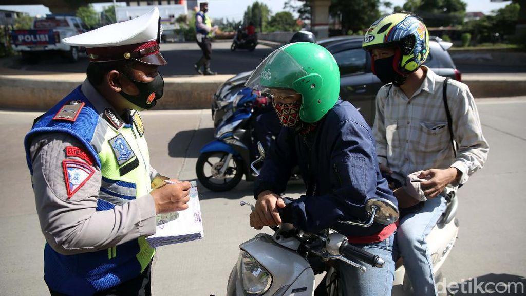 Para Pemotor Ditilang dalam Razia di Kalimalang