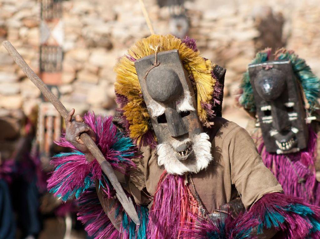 Suku Primitif Bertopeng di Gurun Sahara yang Melek Astronomi