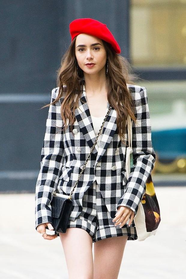 Saat ini memang sedang trend satu set outfit yang punya warna atau motif senada.