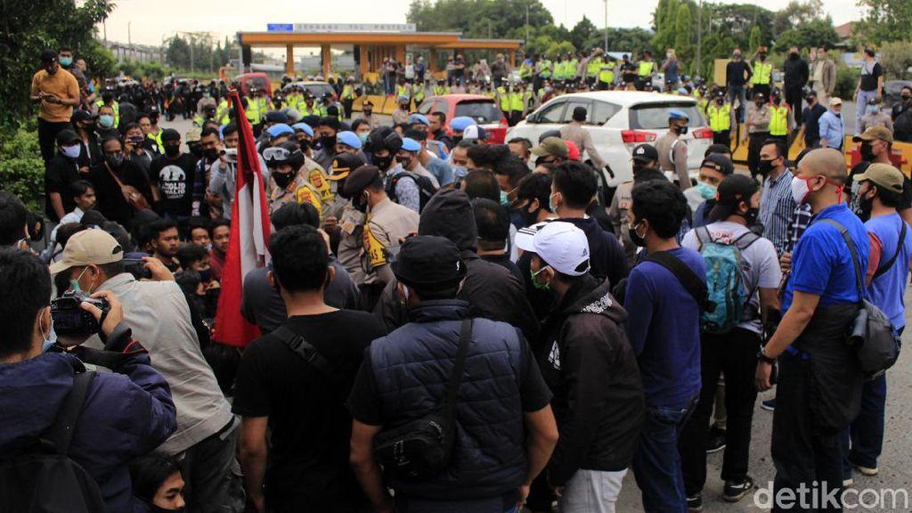 Sejumlah mahasiswa yang tergabung dalam Mahasiswa Indonesia Menggugat tutup Exit Tol Pasteur. Aksi itu digelar untuk menolak omnibus law UU Cipta Kerja.