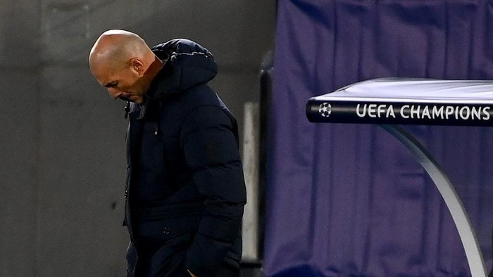 Real Madrids French coach Zinedine Zidane reacts during the UEFA Champions League group B football match between Real Madrid and Shakhtar Donetsk at the Alfredo di Stefano stadium in Valdebebas on the outskirts of Madrid on October 21, 2020. (Photo by GABRIEL BOUYS / AFP)