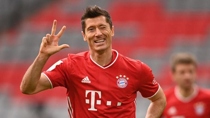 MUNICH, GERMANY - OCTOBER 24: Robert Lewandowski of Bayern Munich celebrates after scoring his sides third goal during the Bundesliga match between FC Bayern Muenchen and Eintracht Frankfurt at Allianz Arena on October 24, 2020 in Munich, Germany. (Photo by Lukas Barth-Tuttas - Pool/Getty Images)
