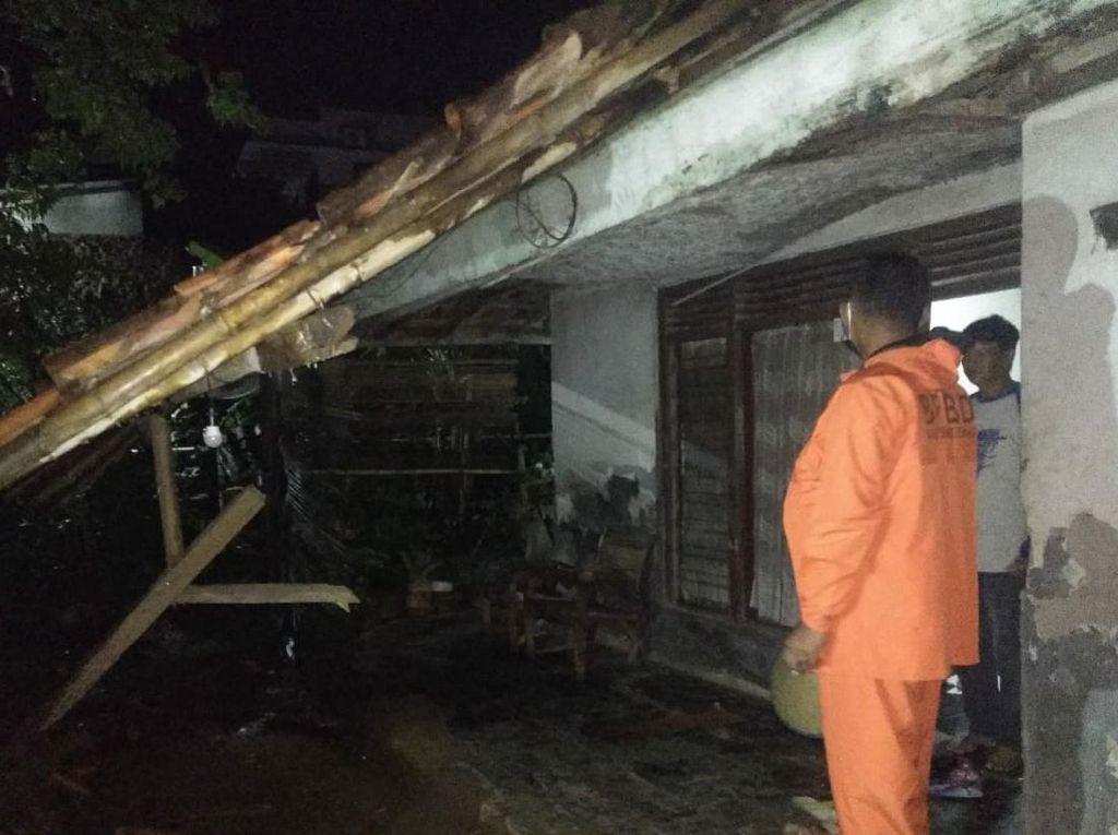 Diguyur Hujan Deras, 3 Rumah di Desa Cisurat Sumedang Ambruk