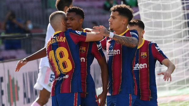 Barcelona's Spanish midfielder Ansu Fati (C) celebrates with teammates after scoring a goal during the Spanish League football match between Barcelona and Real Madrid at the Camp Nou stadium in Barcelona on October 24, 2020. (Photo by LLUIS GENE / AFP)