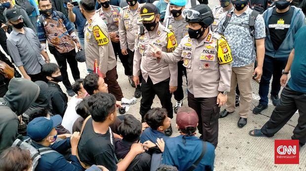 Kapolrestabes Bandung Kombes Ulung Sampurna Jaya memberikan arahan kepada demonstran agar menghentikan aksi blokir jalan.