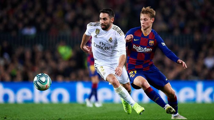 BARCELONA, SPAIN - DECEMBER 18: Daniel Carvajal of Real Madrid battles for the ball with Frenkie de Jong of Barcelona during the Liga match between FC Barcelona and Real Madrid CF at Camp Nou on December 18, 2019 in Barcelona, Spain. (Photo by Alex Caparros/Getty Images)
