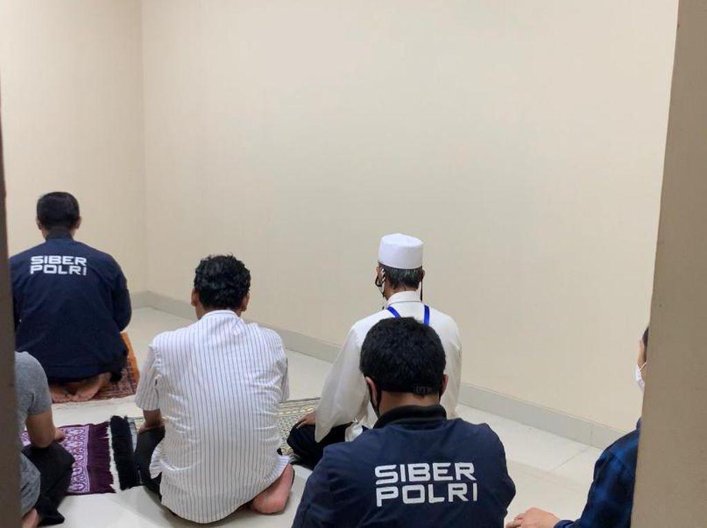 Video Gus Nur Salat Bareng Penyidik Bareskrim Saat Jeda Pemeriksaan