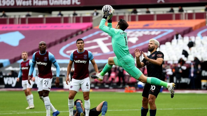 LONDON, ENGLAND - OCTOBER 24: Lukasz Fabianski of West Ham United makes a save during the Premier League match between West Ham United and Manchester City at London Stadium on October 24, 2020 in London, England. Sporting stadiums around the UK remain under strict restrictions due to the Coronavirus Pandemic as Government social distancing laws prohibit fans inside venues resulting in games being played behind closed doors. (Photo by Catherine Ivill/Getty Images)