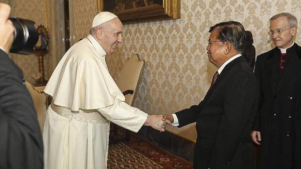 Mantan Wakil Presiden Jusuf Kalla bertemu Paus Fransiskus di Vatikan, Jumat (23/10) .