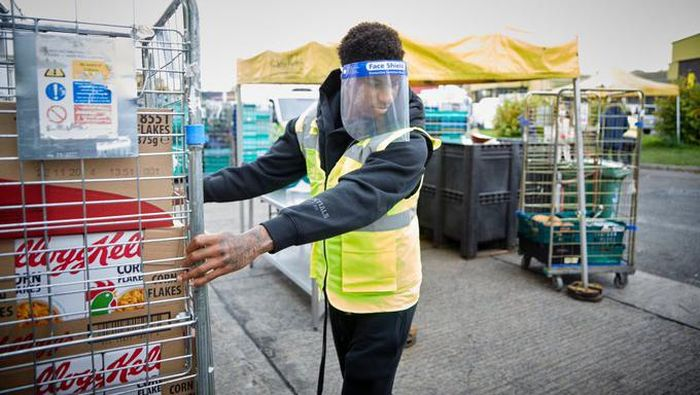 Marcus Rashford menjadi sukarelawan di lembaga nirlaba bank makanan, FareShare.
