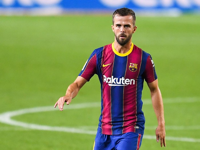 BARCELONA, SPAIN - SEPTEMBER 27: Miralem Pjanic of FC Barcelona runs with the ball during the La Liga Santander match between FC Barcelona and Villarreal CF at Camp Nou on September 27, 2020 in Barcelona, Spain. Football Stadiums around Europe remain empty due to the Coronavirus Pandemic as Government social distancing laws prohibit fans inside venues resulting in fixtures being played behind closed doors. (Photo by David Ramos/Getty Images)