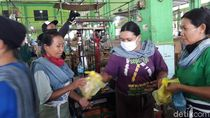 Salut! Relawan di Yogya Bagi Makan Siang Gratis untuk Buruh Gendong Pasar