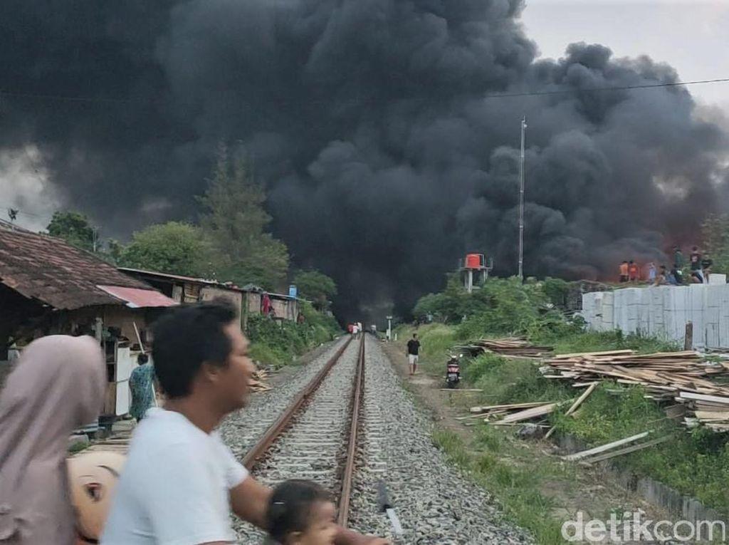 Penampakan Asap Hitam Akibat Kebakaran Gudang Pabrik Busa di Sragen