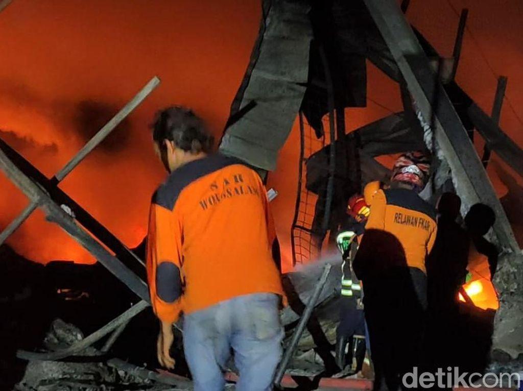 Petugas Damkar Berjibaku Padamkan Kebakaran di Pabrik Busa Sragen