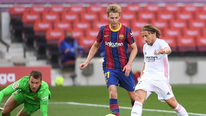 BARCELONA, SPAIN - OCTOBER 24: Luka Modric of Real Madrid  scores his teams third goal  during the La Liga Santander match between FC Barcelona and Real Madrid at Camp Nou on October 24, 2020 in Barcelona, Spain. Sporting stadiums around Spain remain under strict restrictions due to the Coronavirus Pandemic as Government social distancing laws prohibit fans inside venues resulting in games being played behind closed doors. (Photo by Alex Caparros/Getty Images)