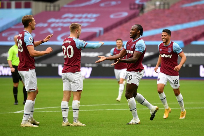 LONDON, ENGLAND - OCTOBER 24: Michail Antonio of West Ham United  celebrates with his team after scoring his teams first goal  during the Premier League match between West Ham United and Manchester City at London Stadium on October 24, 2020 in London, England. Sporting stadiums around the UK remain under strict restrictions due to the Coronavirus Pandemic as Government social distancing laws prohibit fans inside venues resulting in games being played behind closed doors. (Photo by Justin Tallis - Pool/Getty Images)