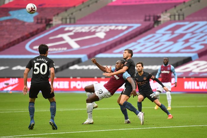 LONDON, ENGLAND - OCTOBER 24: Michail Antonio of West Ham United  scores his teams first goal  during the Premier League match between West Ham United and Manchester City at London Stadium on October 24, 2020 in London, England. Sporting stadiums around the UK remain under strict restrictions due to the Coronavirus Pandemic as Government social distancing laws prohibit fans inside venues resulting in games being played behind closed doors. (Photo by Justin Tallis - Pool/Getty Images)