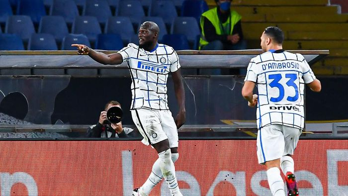 GENOA, ITALY - OCTOBER 24: Romelu Lukaku of Inter (left) celebrates with his team-mate Danilo DAmbrosio after scoring a goal during the Serie A match between Genoa CFC and Fc Internazionale at Stadio Luigi Ferraris on September 20, 2020 in Genoa, Italy. (Photo by Paolo Rattini/Getty Images)