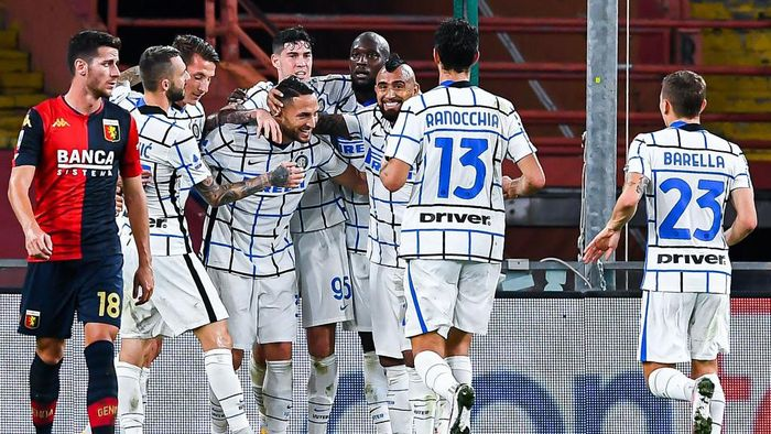 GENOA, ITALY - OCTOBER 24: Danilo DAmbrosio of Inter (4th from left) celebrates with his team-mates after scoring a goal during the Serie A match between Genoa CFC and Fc Internazionale at Stadio Luigi Ferraris on September 20, 2020 in Genoa, Italy. (Photo by Paolo Rattini/Getty Images)