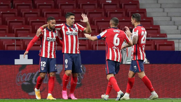 MADRID, SPAIN - OCTOBER 24: Luis Suarez of Atletico de Madrid celebrates with teammates after scoring his teams second goal during the La Liga Santander match between Atletico de Madrid and Real Betis at Estadio Wanda Metropolitano on October 24, 2020 in Madrid, Spain. Sporting stadiums around Spain remain under strict restrictions due to the Coronavirus Pandemic as Government social distancing laws prohibit fans inside venues resulting in games being played behind closed doors. (Photo by Gonzalo Arroyo Moreno/Getty Images)