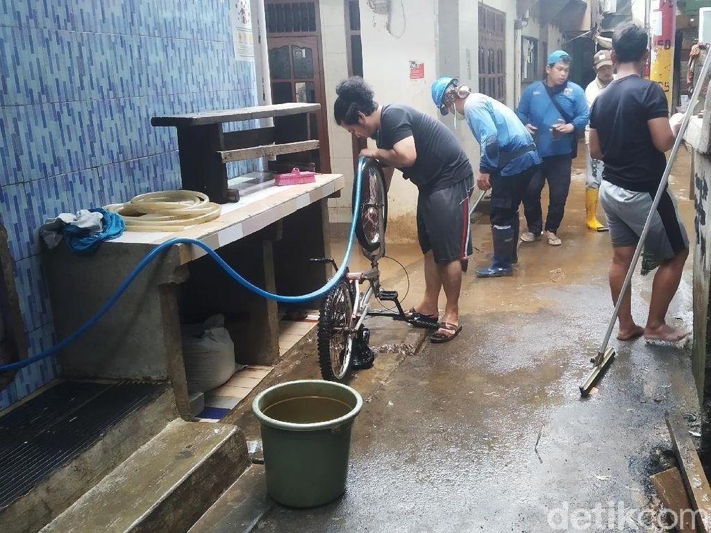 Banjir di Kebon Pala Jaktim Surut, Warga Bersih-bersih Rumah