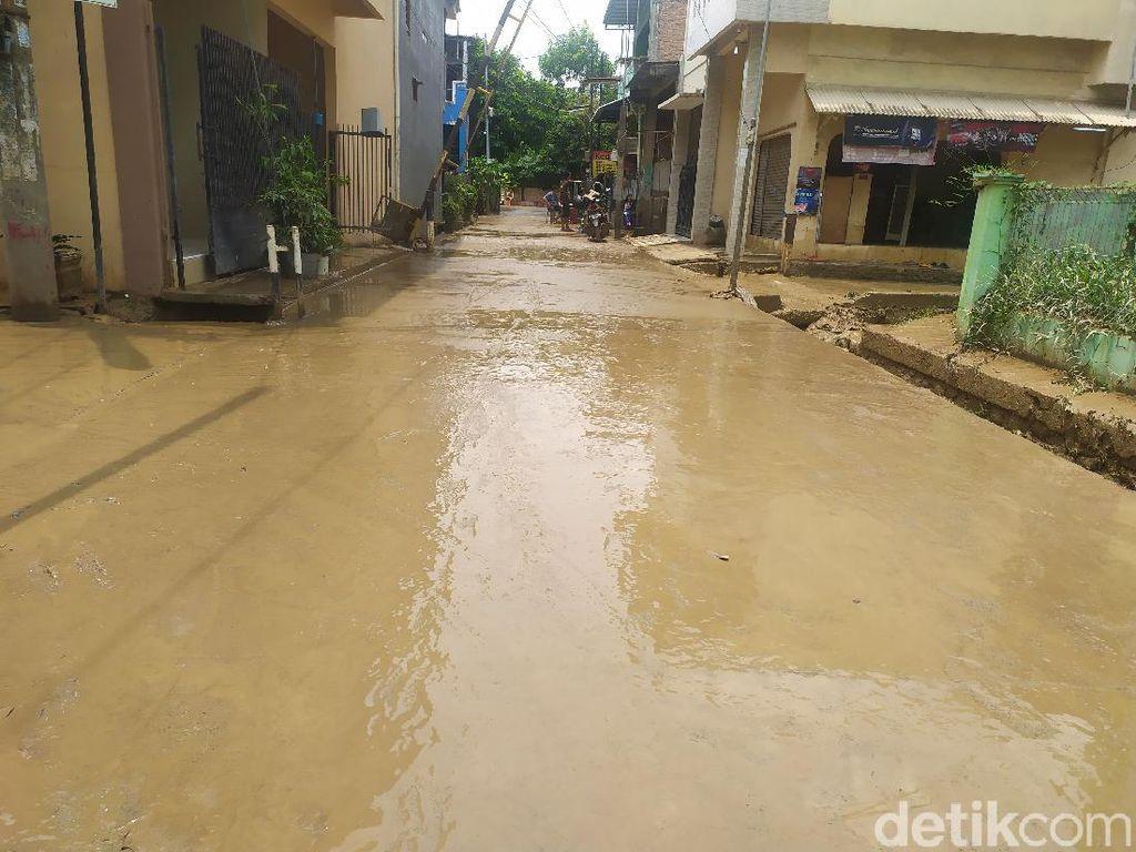 Banjir di Pondok Gede Permai Bekasi Surut, Warga Mulai Bersihkan Rumah