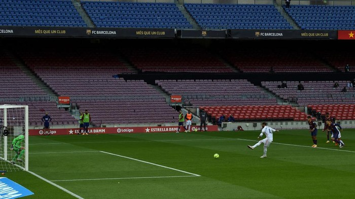 BARCELONA, SPAIN - OCTOBER 24: Sergio Ramos of Real Madrid scores a penalty for his sides second goal from the during the La Liga Santander match between FC Barcelona and Real Madrid at Camp Nou on October 24, 2020 in Barcelona, Spain. Sporting stadiums around Spain remain under strict restrictions due to the Coronavirus Pandemic as Government social distancing laws prohibit fans inside venues resulting in games being played behind closed doors. (Photo by Alex Caparros/Getty Images)