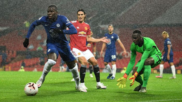 MANCHESTER, ENGLAND - OCTOBER 24: Kurt Zouma of Chelsea runs with the ball during the Premier League match between Manchester United and Chelsea at Old Trafford on October 24, 2020 in Manchester, England. Sporting stadiums around the UK remain under strict restrictions due to the Coronavirus Pandemic as Government social distancing laws prohibit fans inside venues resulting in games being played behind closed doors. (Photo by Oli Scarff - Pool/Getty Images)