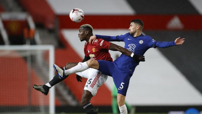 MANCHESTER, ENGLAND - OCTOBER 24: Paul Pogba of Manchester United  battles for possession with  Jorginho of Chelsea  during the Premier League match between Manchester United and Chelsea at Old Trafford on October 24, 2020 in Manchester, England. Sporting stadiums around the UK remain under strict restrictions due to the Coronavirus Pandemic as Government social distancing laws prohibit fans inside venues resulting in games being played behind closed doors. (Photo by Phil Noble - Pool/Getty Images)