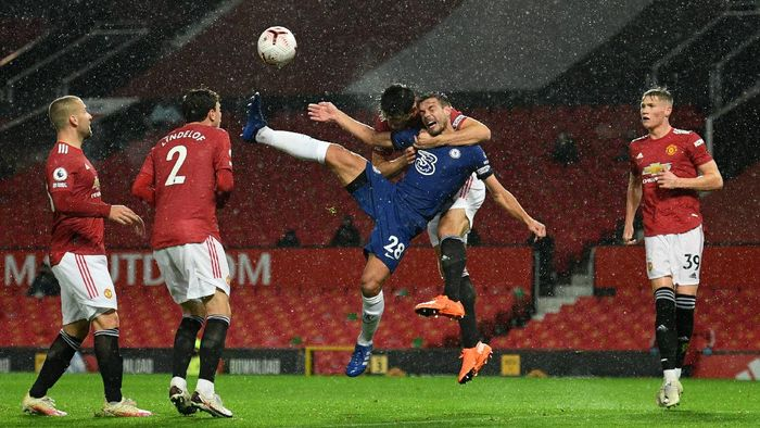 MANCHESTER, ENGLAND - OCTOBER 24: Cesar Azpilicueta of Chelsea is challenged by Harry Maguire of Manchester United during the Premier League match between Manchester United and Chelsea at Old Trafford on October 24, 2020 in Manchester, England. Sporting stadiums around the UK remain under strict restrictions due to the Coronavirus Pandemic as Government social distancing laws prohibit fans inside venues resulting in games being played behind closed doors. (Photo by Oli Scarff - Pool/Getty Images)