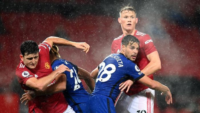 MANCHESTER, ENGLAND - OCTOBER 24: Harry Maguire of Manchester United collides with Reece James of Chelsea , as Cesar Azpilicueta of Chelsea and Scott McTominay of Manchester United also clash during the Premier League match between Manchester United and Chelsea at Old Trafford on October 24, 2020 in Manchester, England. Sporting stadiums around the UK remain under strict restrictions due to the Coronavirus Pandemic as Government social distancing laws prohibit fans inside venues resulting in games being played behind closed doors. (Photo by Michael Regan/Getty Images)