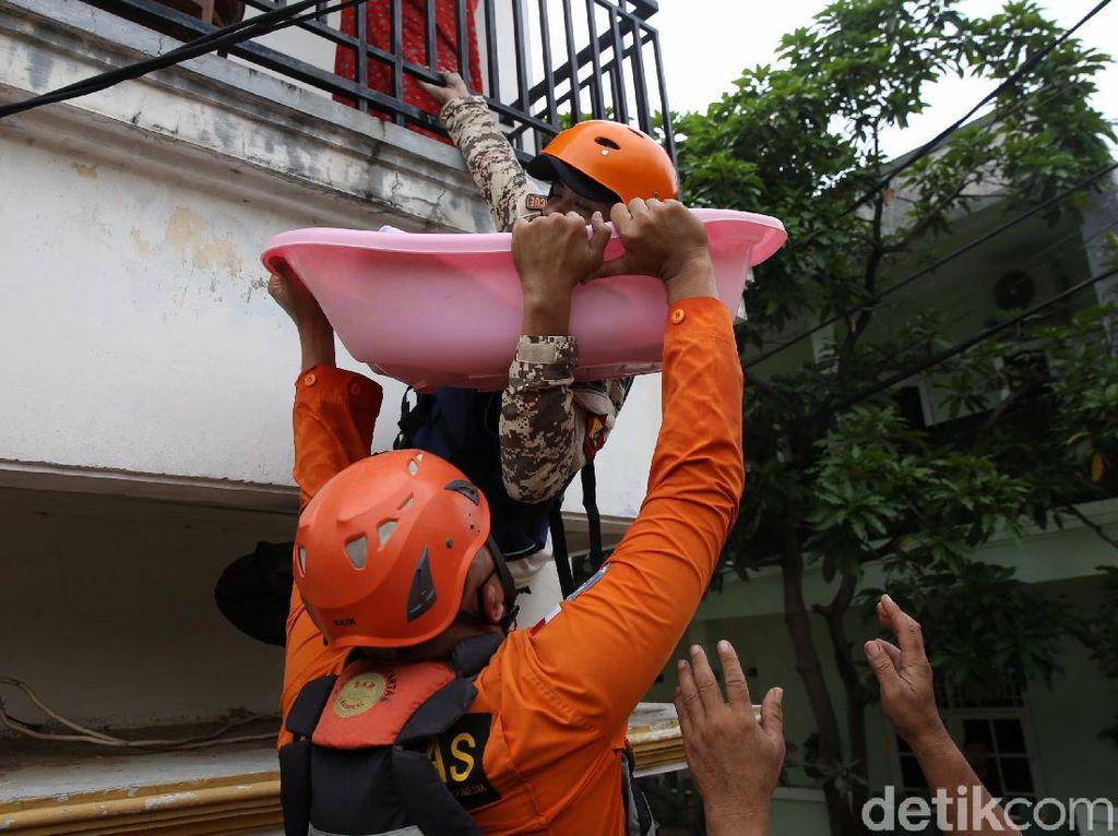 Evakuasi Bayi yang 9 Jam Terjebak Banjir di Villa Jatirasa