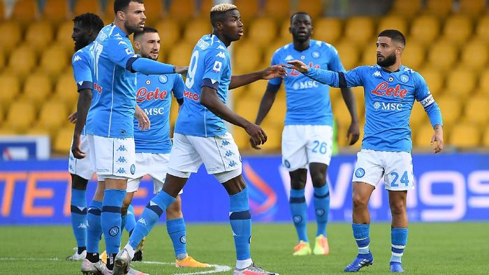 BENEVENTO, ITALY - OCTOBER 25: SSC Napoli players celebrate the 1-1 goal scored by Lorenzo Insigne during the Serie A match between Benevento Calcio and SSC Napoli at Stadio Ciro Vigorito on October 25, 2020 in Benevento, Italy. (Photo by Francesco Pecoraro/Getty Images)