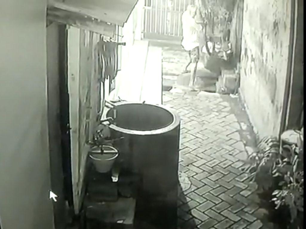 Pencurian Sepeda Gunung di Surabaya Terekam CCTV