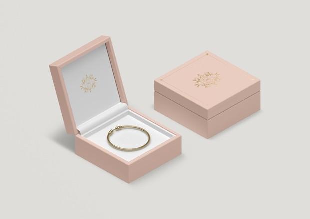 Kebiasaan buruk yang paling sering dilakukan oleh kebanyakan orang adalah menumpuk perhiasan. Padahal, kebiaan ini sangat pantang jika ingin perhiasanmu tetap awet lho!
