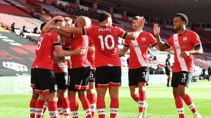 SOUTHAMPTON, ENGLAND - OCTOBER 25: James Ward-Prowse of Southampton celebrates with his team mates after scoring his sides first goal during the Premier League match between Southampton and Everton at St Marys Stadium on October 25, 2020 in Southampton, England. Sporting stadiums around the UK remain under strict restrictions due to the Coronavirus Pandemic as Government social distancing laws prohibit fans inside venues resulting in games being played behind closed doors. (Photo by Andy Rain - Pool/Getty Images)