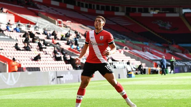 SOUTHAMPTON, ENGLAND - OCTOBER 25: Che Adams of Southampton celebrates after scoring his sides second goal during the Premier League match between Southampton and Everton at St Mary's Stadium on October 25, 2020 in Southampton, England. Sporting stadiums around the UK remain under strict restrictions due to the Coronavirus Pandemic as Government social distancing laws prohibit fans inside venues resulting in games being played behind closed doors. (Photo by Andy Rain - Pool/Getty Images)