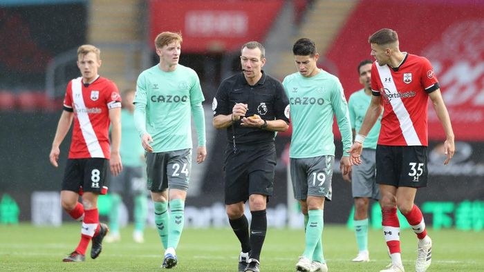 SOUTHAMPTON, ENGLAND - OCTOBER 25: Match Referee, Kevin Friend makes a note following showing Dominic Calvert-Lewin of Everton (Not pictured) a yellow card during the Premier League match between Southampton and Everton at St Marys Stadium on October 25, 2020 in Southampton, England. Sporting stadiums around the UK remain under strict restrictions due to the Coronavirus Pandemic as Government social distancing laws prohibit fans inside venues resulting in games being played behind closed doors. (Photo by Naomi Baker/Getty Images)