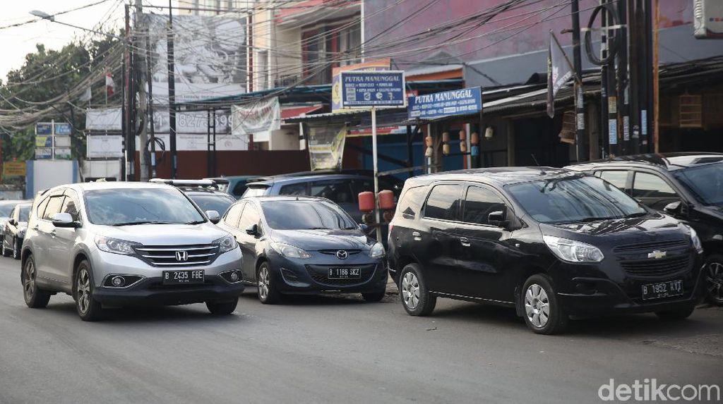 Warga PGP Terdampak Banjir Amankan Mobil di Pinggir Jalan